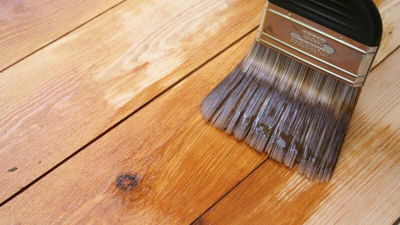 Eine neue Lackierung kann aus einem abgenutzten Möbelstück einen wahren Hingucker machen - zuvor muss das Holz abgeschliffen werden