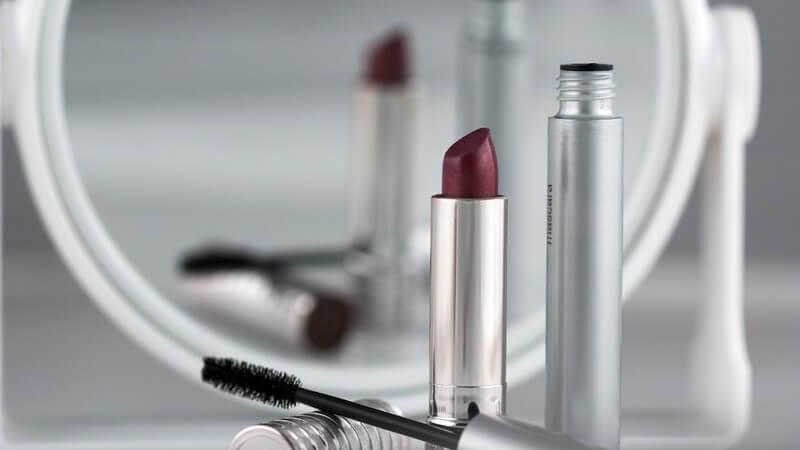 1913 erfunden, sind heute im Handel diverse Mascara-Produkte unterschiedlicher Hersteller, Farben und Arten erhältlich