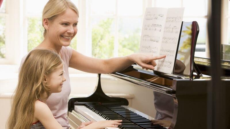 Wer das Musizieren erlernen will, hat die Möglichkeit, das Angebot einer Musikschule anzunehmen - Worauf man dabei achten sollte, zeigen wir hier