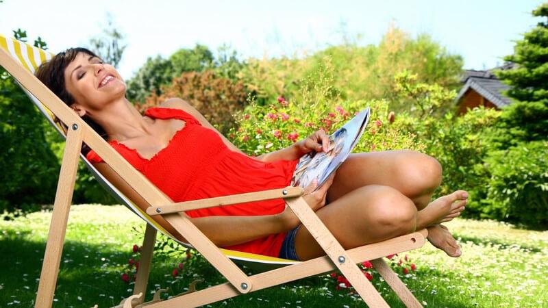 Auf einem Liegestuhl kann man es sich in seinem Garten - oder auch Balkon - in der Sonne gemütlich machen; es gibt unterschiedliche Modelle aus verschiedenen Materialien