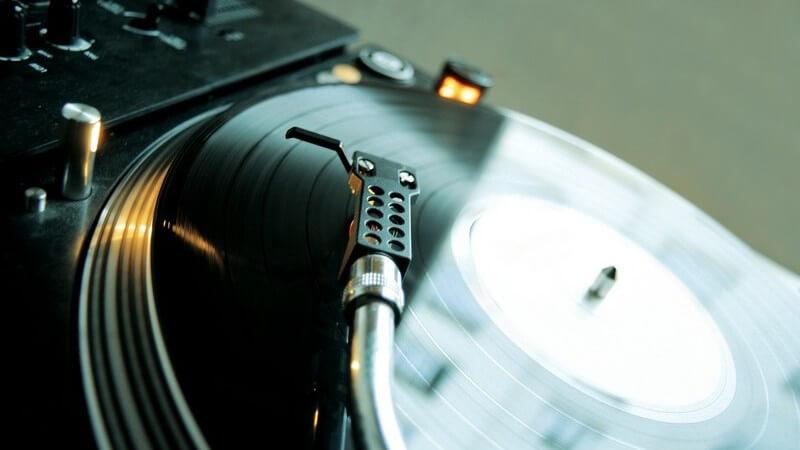 Zu den möglichen Auslösern zählt z.B. der andauernde Lärm in Discos, bei Rennveranstaltungen sowie bei Konzerten