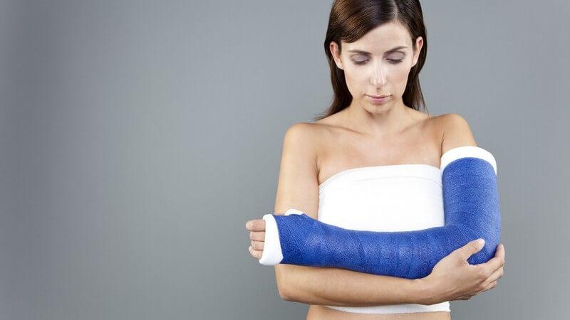 Starke Schmerzen unmittelbar nach dem Unfall sowie die Unbeweglichkeit des Gelenks sind typische Anzeichen
