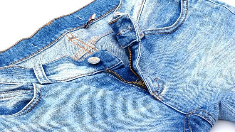 Der derzeitige Trend erlaubt das Krempeln der Hose und lässt sie damit zum Hingucker bei Männern und Frauen werden