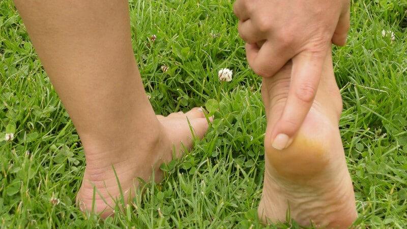 Knickt man mit dem Fuß nach innen um, kann es zu einer Außenbandruptur am oberen Sprunggelenk kommen