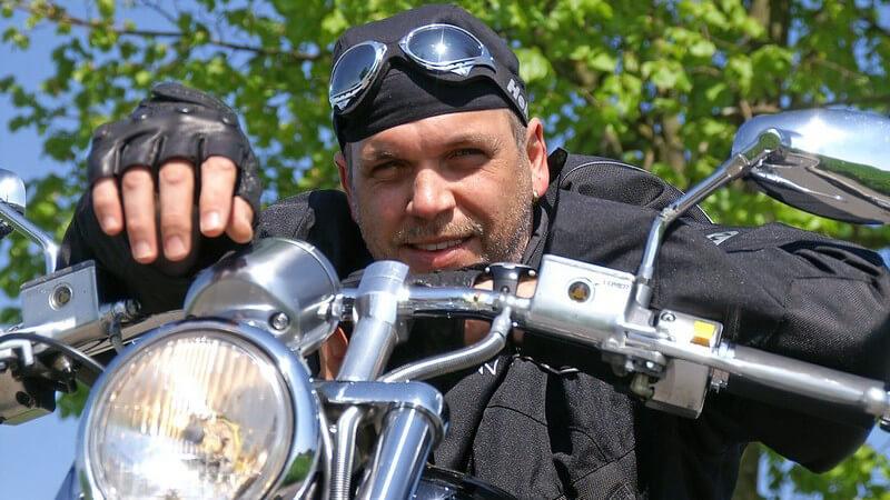 Jeansfans, die sich das Motorradfahren zum Hobby machen, sollten auf eine professionelle Jacke mit Aramidfasern setzen