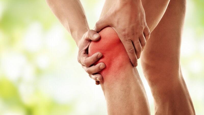 Ein starker Schlag des Knies an einen Gegenstand, z.B. bei einem Sturz auf eine Treppenstufe, ist der Auslöser