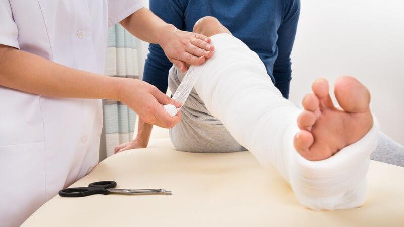 Zu einer Fibulafraktur kommt es z.B. durch Tritte beim Fußballspiel oder Verrenkungen und Umknicken des Beins