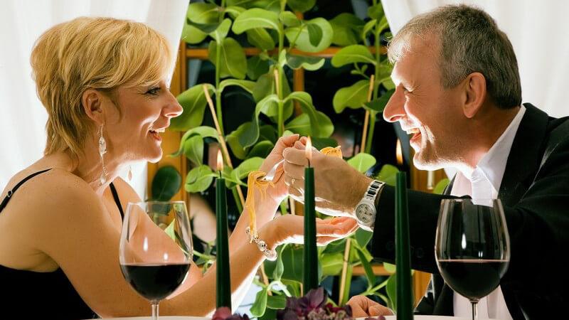 Den Tisch für ein romantisches Dinner stilvoll dekorieren