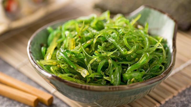 Die Nori-Algen gelten europaweit als bekannteste Algenart, doch auch die Rotalge Dulse, die Braunalgen Wakame und Hijiki sowie Arame und Meeressalat sind leckere Algenarten