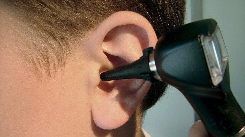 Die Durchführung einer Ohrspülung bei einem Arzt zur Reinigung des äußeren Gehörgangs