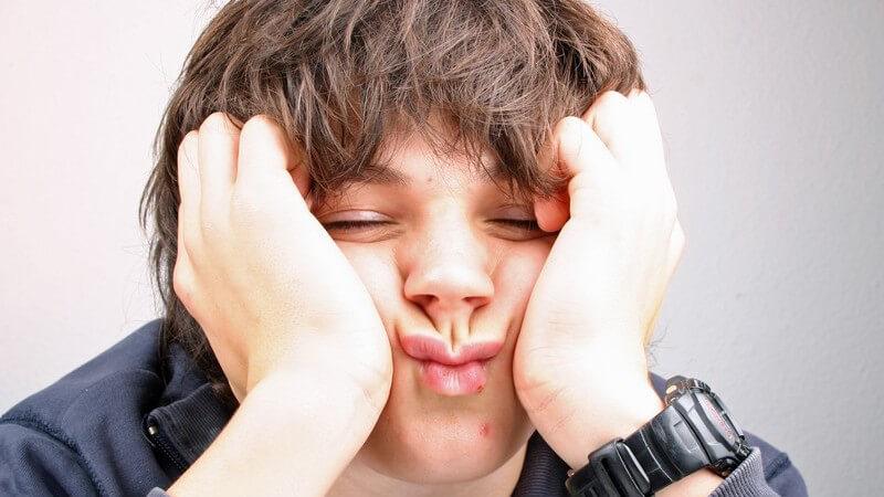 Bestimme Verhaltensänderungen des Kindes können, müssen aber nicht - erste Anzeichen eines Drogenkonsums sein - Eltern sollten den Nachwuchs zunächst einfach darauf ansprechen
