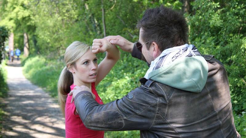 Selbstbewusst und sicher durch Selbstverteidigung - Gewalt die Stirn bieten