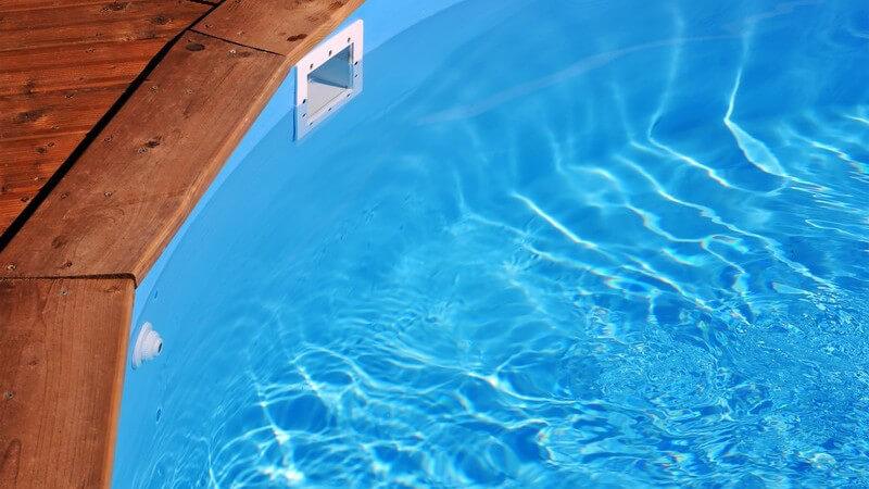 Pools gibt es in unterschiedlichen Ausführungen - wer seinen Pool auch im Winter nutzen möchte, wird auf eine überdachte Variante zurückgreifen