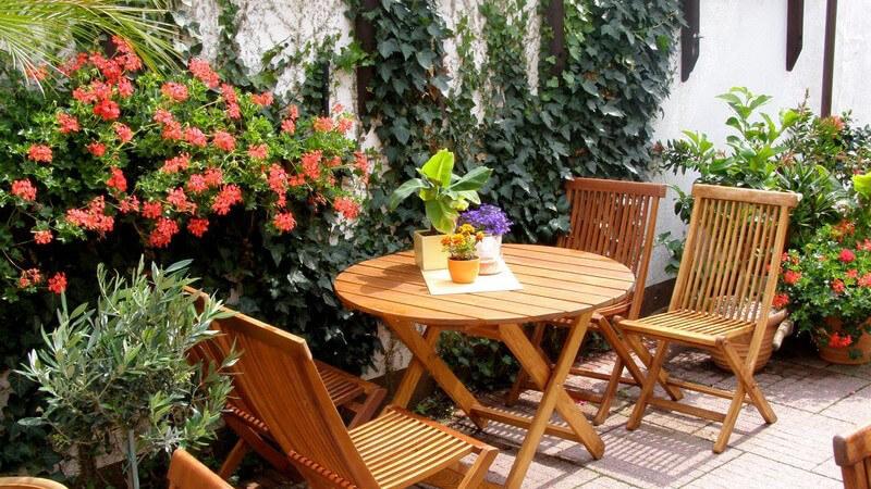 Wer viel Zeit auf Balkon und Terrasse verbringt, möchte sich vor neugierigen Blicken, aber auch vor Sonne, Regen, Wind und Lärm schützen