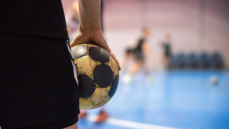 Wir blicken zurück und klären Sie über die lange Geschichte und die wichtigsten Regeln des Handballs auf
