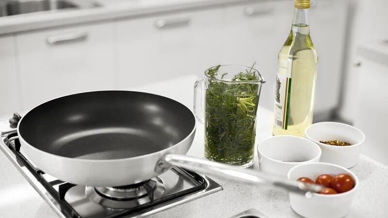 Thunfischsteaks erhält man frisch oder tiefgekühlt - besonders lecker wird das Steak in Verbindung mit einer Kräuterkruste aus Koriander, Basilikum und Chili