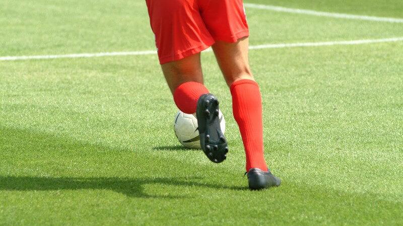 Anforderungen an einen Fußballschuh im Vergleich zu anderen Sportschuhen