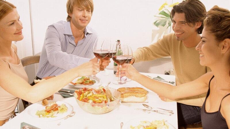 Lädt man Freunde zum Essen ein, möchte man natürlich als guter Gastgeber punkten; wird man selbst eingeladen, gilt es, höflich zu bleiben