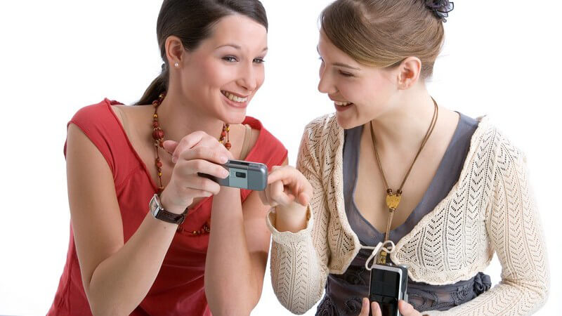 Das Simsen bietet die Möglichkeit, Kurznachrichten zu verschicken; beim SMS schreiben verwendet man häufig typische Abkürzungen