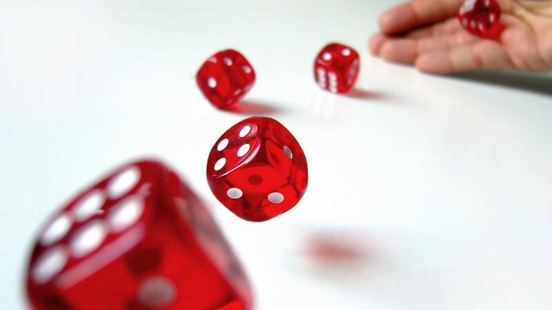 Craps, Kniffel und Sic Bo - Die Welt der Würfelspiele ist groß und auch bei den Spielwürfeln und Würfelbechern gibt es Unterschiede