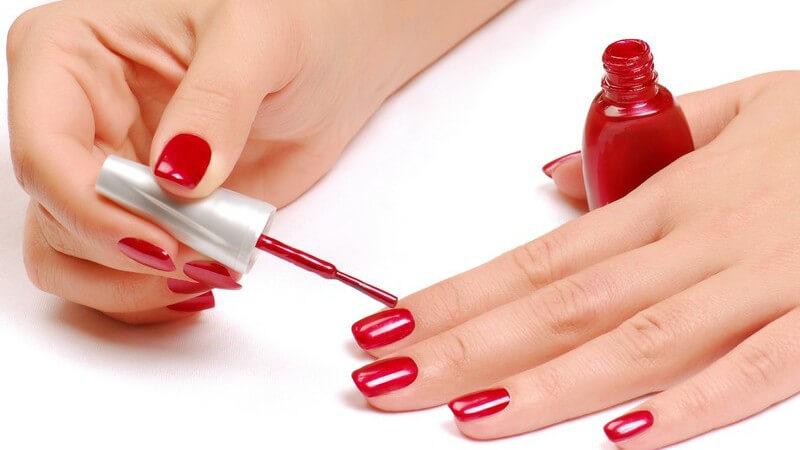 Wir erklären die wichtigsten Utensilien beim Nägel lackieren und wie der Nagellack länger schön bleibt