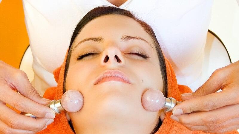 Aurum-Manus-Massage: Durch die Edelsteine werden Schwingungen erzeugt und die Energiebahnen des Körpers gezielt angeregt