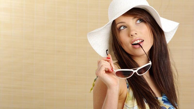 Mit Hut, Brille, Schirm,Tuch und einem Gespür für mäßiges Sonnenbaden schützen Sie Ihre Haut vor Sonnenschäden