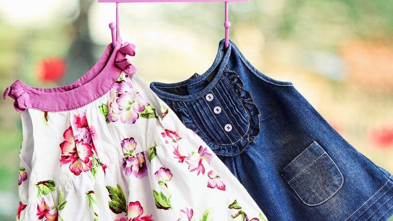Perfekt wird der Look erst, wenn man die richtigen Kombinationspartner zum Trägerkleid trägt