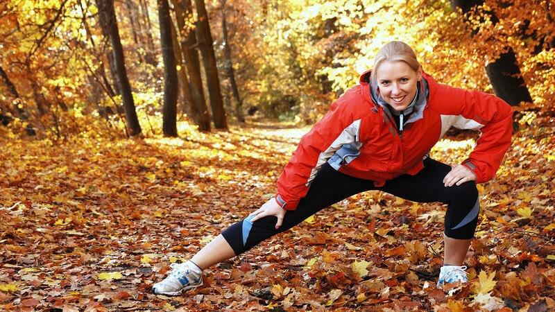 Sowohl vor, als auch nach dem Nordic Walking sollte man sich ein paar Minuten Zeit nehmen - wir haben Tipps für die richtigen Aufwärm- und Dehnübungen