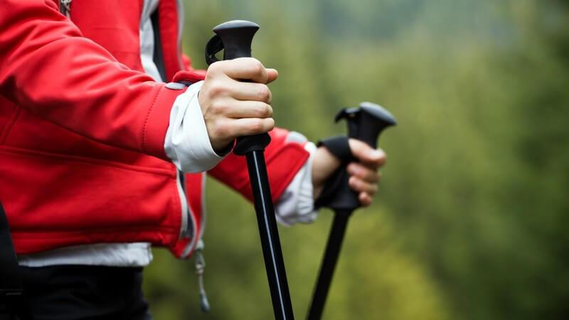 Anfänger im Bereich des Nordic Walkings sollten vor Trainingsbeginn entsprechend ausgerüstet sein und versuchen, die hier aufgeführten Einsteigerfehler zu vermeiden