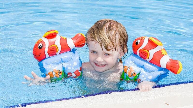 Vor- und Nachteile von Schwimmflügeln und anderen Schwimmhilfen