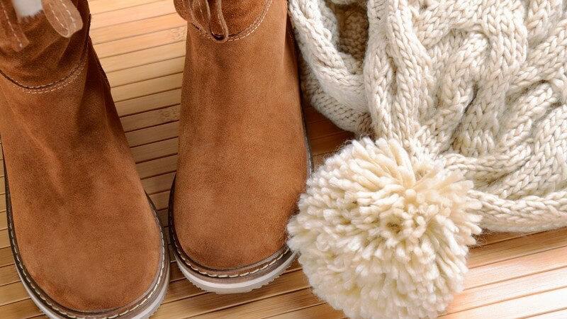 Bei der richtigen Schuhwahl kommt es auf den Stil des Strickrocks und den Anlass an