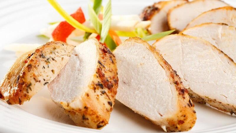 Kräuter und Gewürze sollten maßvoll eingesetzt werden; eine salzarme Ernährung ist wichtig