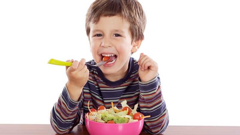 Obst und Gemüse sollte der Nachwuchs als Zwischensnack bekommen; Süßigkeiten gehören nicht dazu