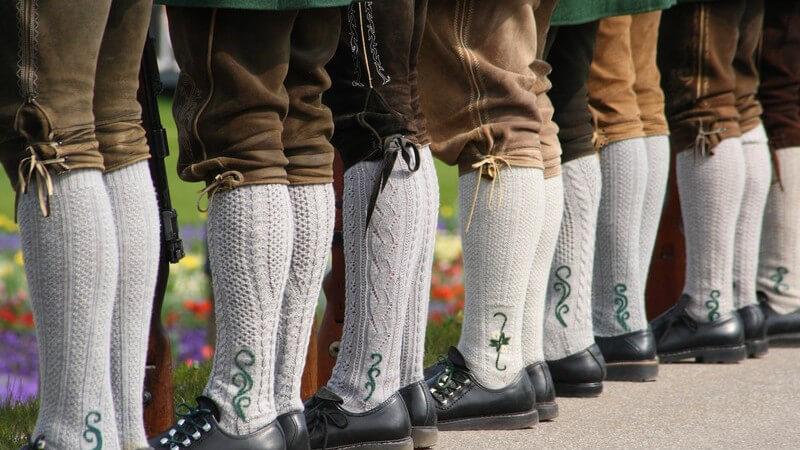 Zu einem gelungenen Trachten-Outfit gehören stilechte Schuhe, Schmuckstücke und der Janker