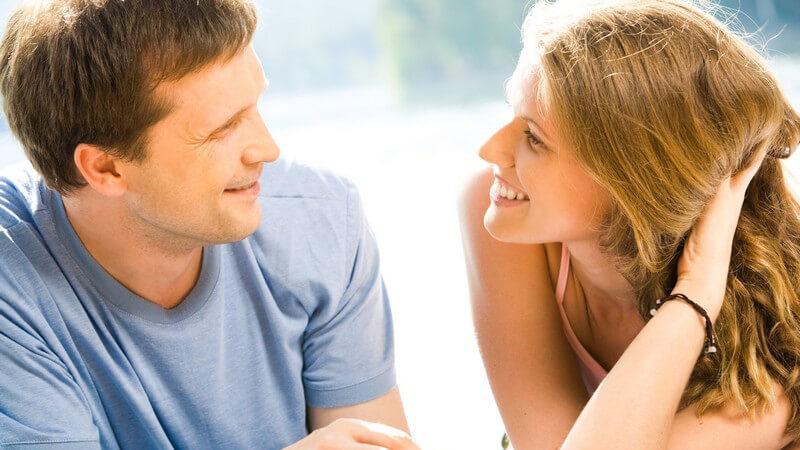 Was die männliche Körperhaltung über seine Flirtbereitschaft aussagt und wie man die weiblichen Flirtsignale erkennen und richtig deuten kann
