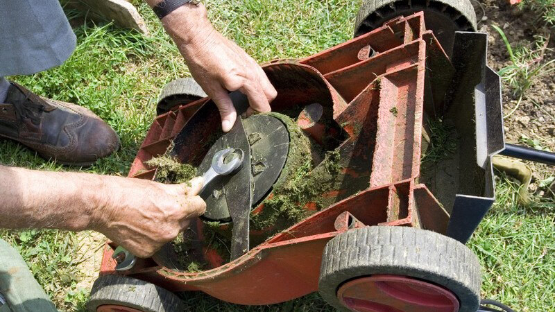 Je nach Rasenmähertyp kann es z.B. zu einer defekten Zündkerze oder einem abgebrochenen Auffangkorb kommen - mit ein bisschen Geschick kann die Reparatur selbst durchgeführt werden