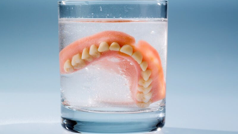 Zähne und Zahnersatz älterer Menschen haben besondere Ansprüch und sollten sorgfältig gepflegt werden