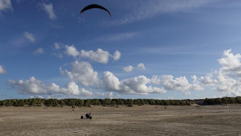 Das Kitebuggyfahren als Land-Alternative des Kitesurfens