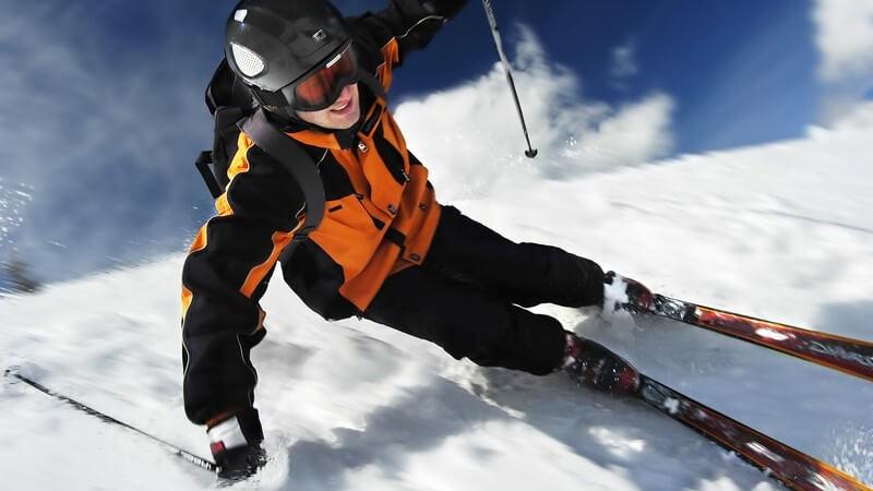 Als sportliche Voraussetzung ist eine professionelle Ausbildung im Super-G oder Abfahrtslauf von großem Vorteil