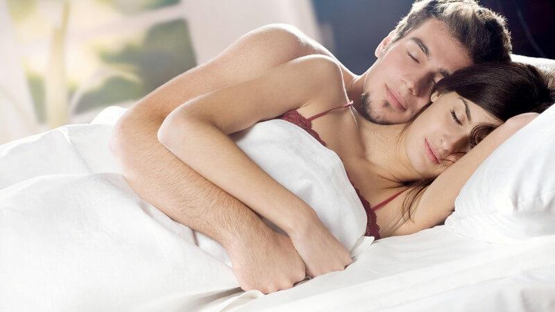 Was unterschiedliche Schlafstellungen über die Beziehung und das Liebesleben aussagen