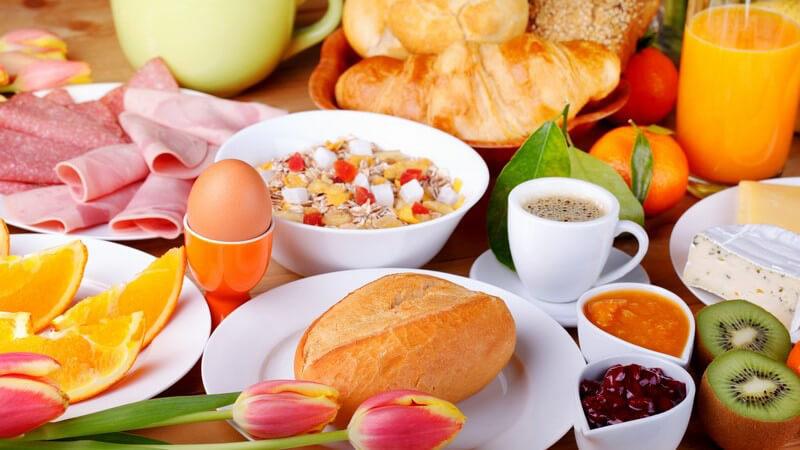 Man kann Eier in einem speziellen Kocher oder auch ganz einfach im Topf kochen