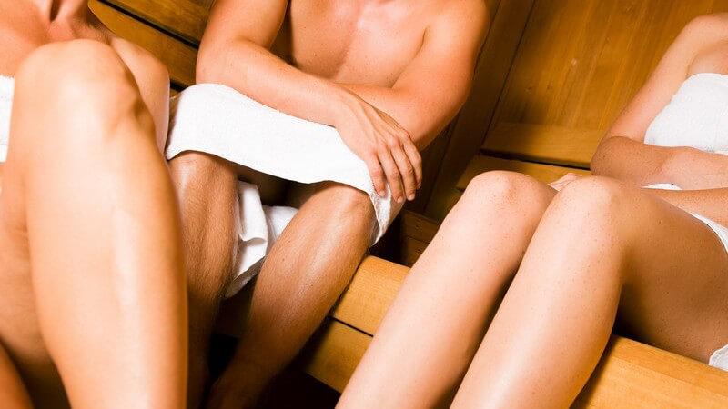 Die Saunazeremonie unterscheidet sich von Land zu Land - Mitunter wird auf Badekleidung oder Geschlechtertrennung Wert gelegt