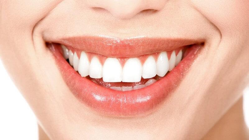 Bei einem Plaquetest setzen sich Farbstoffe in den Tabletten am Zahnbelag fest und machen diesen sichtbar