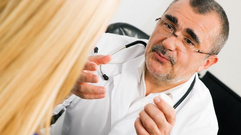 Erhöhte Blutdruckwerte bei Messung durch einen Arzt - bei einer Weißkittelhypertonie wird eine Langzeit-Blutdruckmessung empfohlen