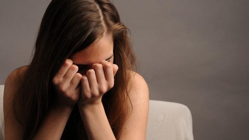Wir geben einen Überblick über hilfreiche Mittel gegen Liebeskummer und zeigen, wie man z.B. seiner besten Freundin bei Liebeskummer helfen kann