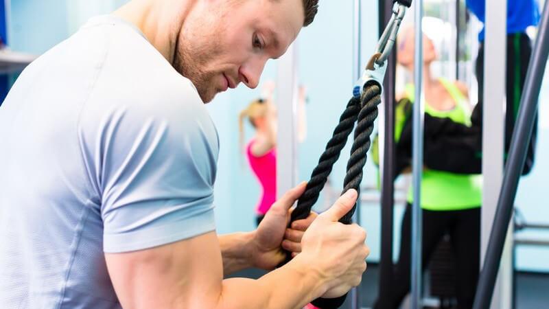 Effektive Übungen am Kabelzugturm