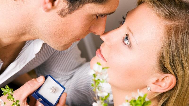 Geschichte und Bedeutung des Verlobungsrings und was man beim Kauf des idealen Verlobungsrings beachten sollte
