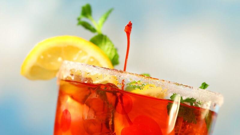 Obstler lässt sich mitunter mit Säften, Kaffee und Tees mischen