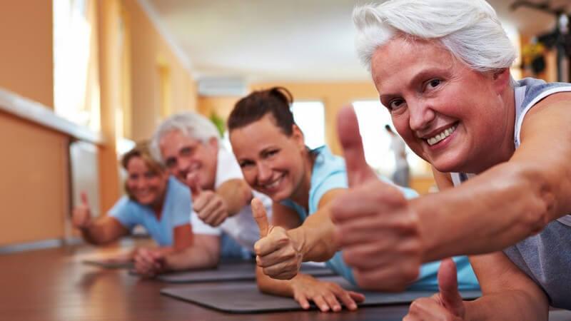 Ein Gruppentraining eignet sich für Senioren am besten - man sollte vor allen Dingen auf gelenkschonendes Training achten